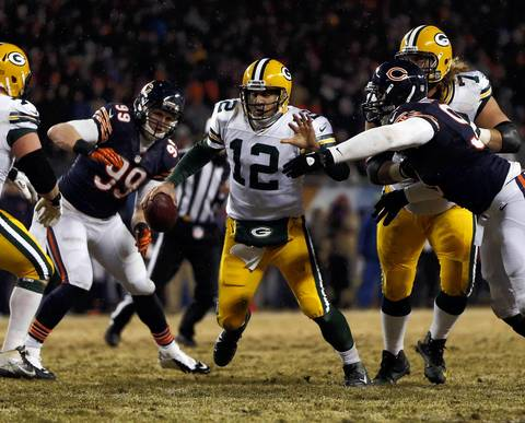 Chicago Bears' Corey Wootton pressures Green Bay Packers' Aaron Rodgers in the 2nd quarter.