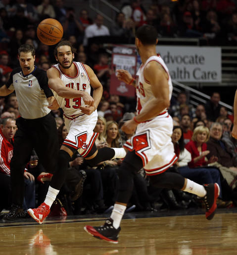 Joakim Noah passes to DJ Augustin on a 2nd quarter fast break.