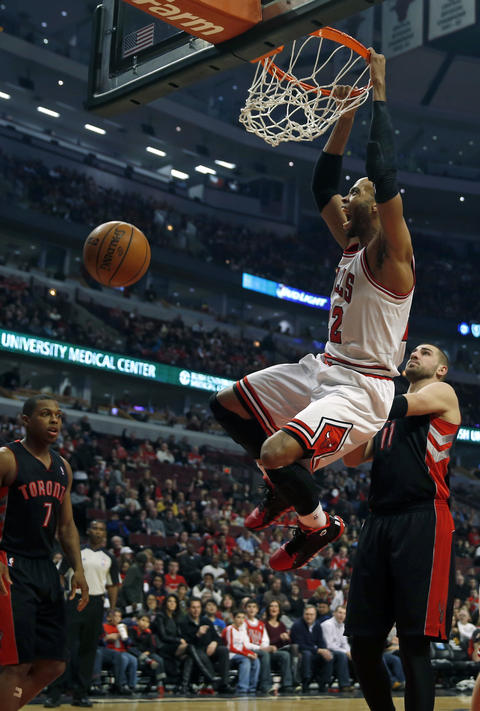 Taj Gibson dunks against the Raptors' Jonas Valanciunas in the 2nd quarter.