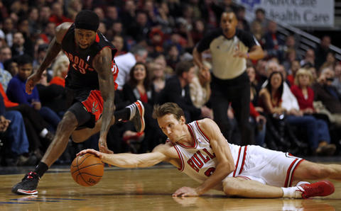 Mike Dunleavy vies for loose ball against the Raptors' John Salmons in the 4th quarter.