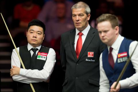 Ding Junhui of China (L) looks on during his first round match against England's Shaun Murphy (R) on day three of the Masters Snooker tournament at Alexandra Palace in London on January 14, 2014.