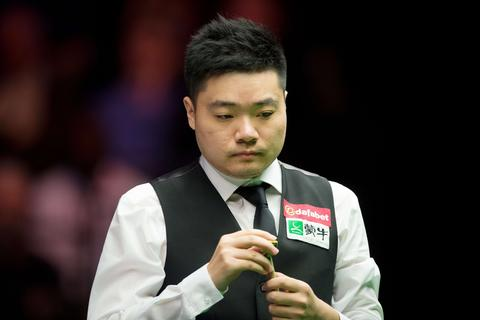 Ding Junhui of China chalks his cue during his match against Britain's Shaun Murphy on day three of the Masters Snooker tournament at Alexandra Palace in London, on January 14, 2014.