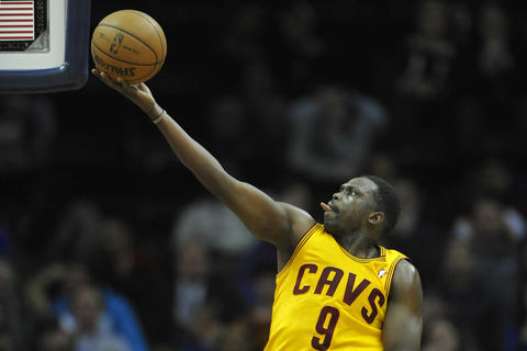 Luol Deng drives to the basket against the Bulls in the third quarter.