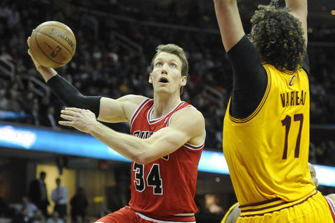 Mike Dunleavy shoots against the Cavaliers' Anderson Varejao in the fourth quarter.