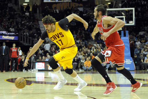 The Cavaliers' Anderson Varejao drives against Joakim Noah in the second quarter.