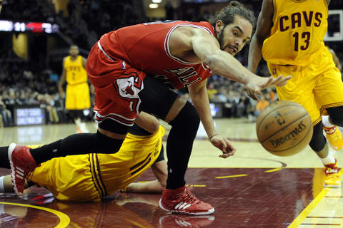 Joakim Noah reaches for a loose ball against the Cavaliers in the second quarter.