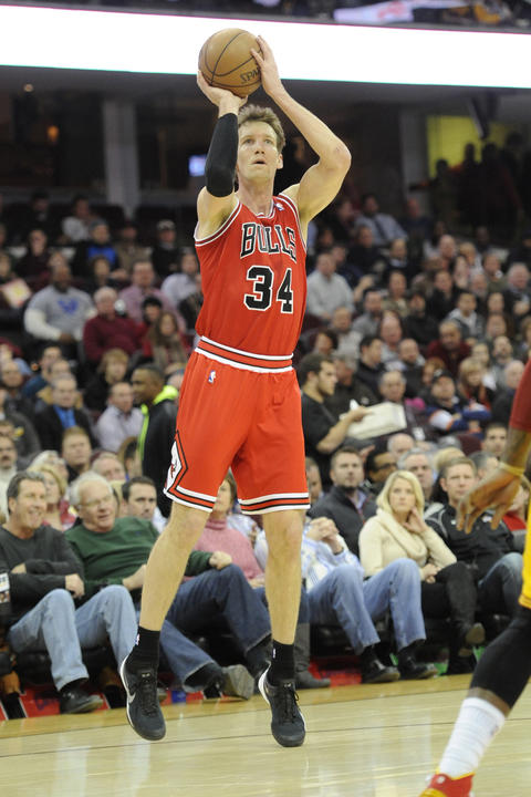 Mike Dunleavy shoots in the first quarter.