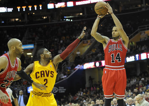 D.J. Augustin shoots against the Cavaliers' Kyrie Irving in the first quarter.