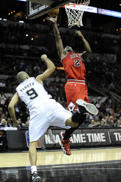 Jimmy Butler shoots against the Spurs' Tony Parker during the second half.