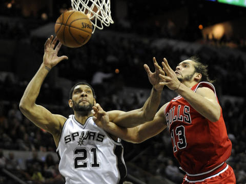 Joakim Noah fights for a rebound with the Spurs' Tim Duncan during the second half.