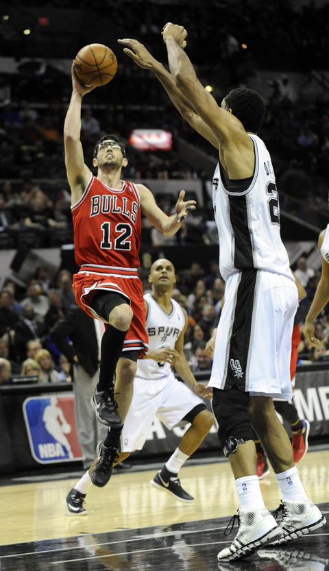 Kirk Hinrich with a floater over the Spurs' Tim Duncan during the second half.