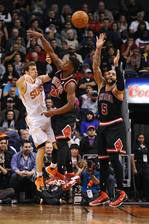 The Suns' Goran Dragic makes a pass against Jimmy Butler and Carlos Boozer in the first half.