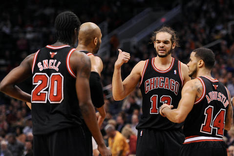 Joakim Noah talks with teammates Tony Snell, Taj Gibson and D.J. Augustin on the court against the Suns in the first half.