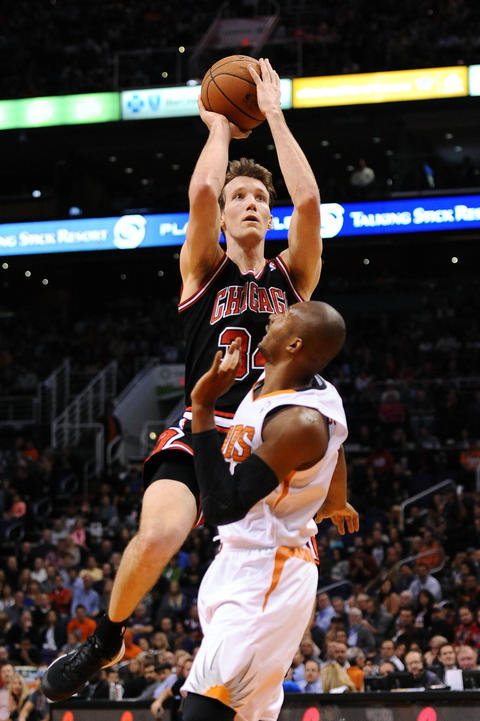 Mike Dunleavy shoots the ball over the Suns' Leandro Barbosa in the first half.