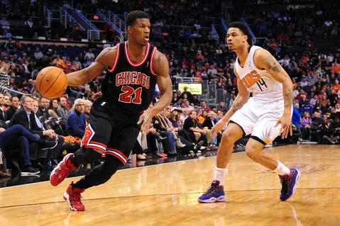 Jimmy Butler drives the ball against the Suns' Gerald Green in the first half.