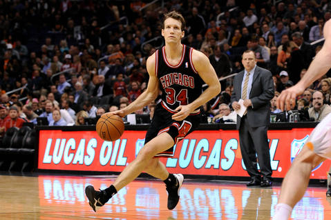 Mike Dunleavy handles the ball against the Suns.