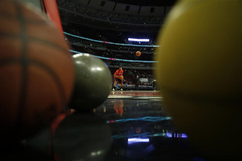 Derrick Rose takes part in warm-ups before Tuesday's home game against the Hawks.