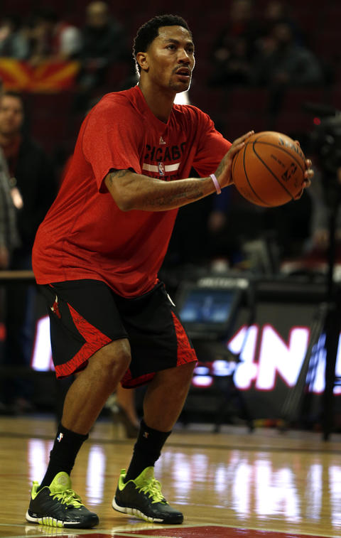 Derrick Rose shoots around before Tuesday's game.