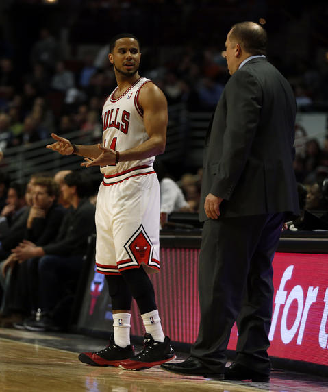 D.J. Augustin confers with coach Tom Thibodeau during the second quarter.