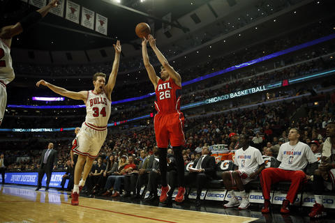 Mike Dunleavy defends a 3-point shot by the Hawks' Kyle Korver.