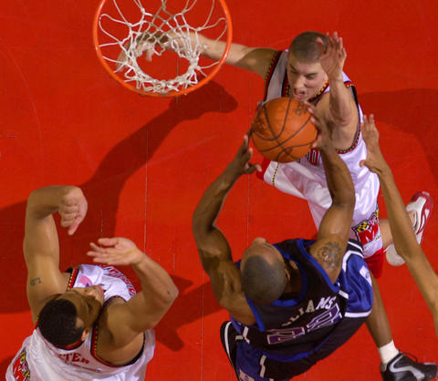Steve Blake and Lonny Baxter converge to thwart Jason Williams' drive to the basket.