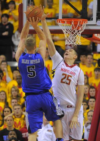 Alex Len blocks Mason Plumlee's shot.