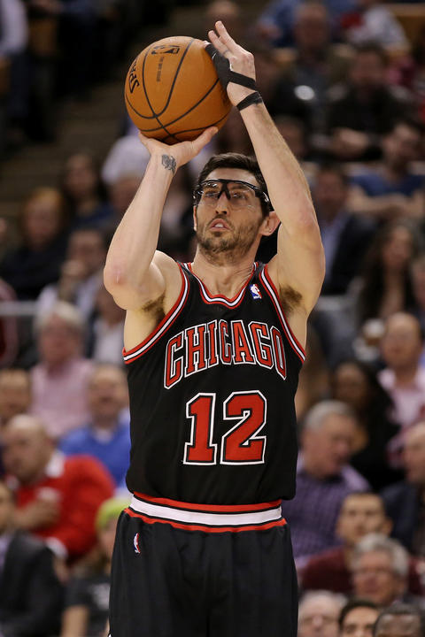 Kirk Hinrich hits a three-point shot against the Raptors.