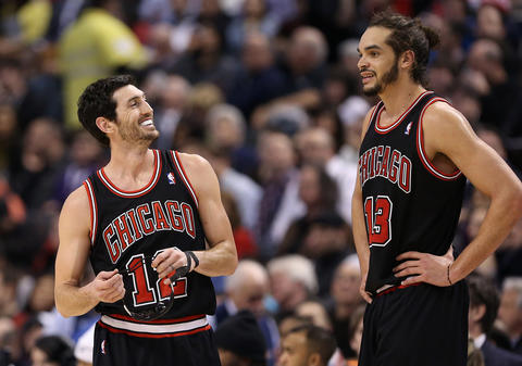 Kirk Hinrich talks to Joakim Noah during a break in the action against the Raptors.