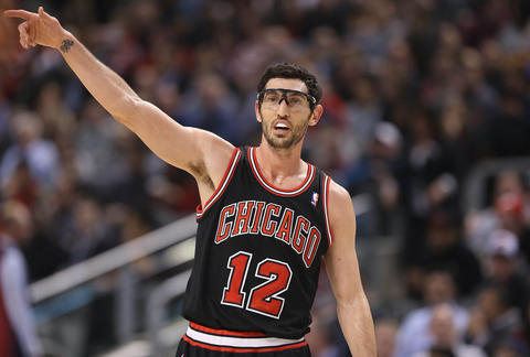 Kirk Hinrich motions during the game against the Raptors.