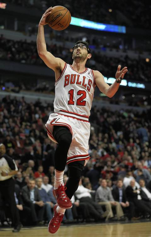 Kirk Hinrich goes in for a layup in the first half.
