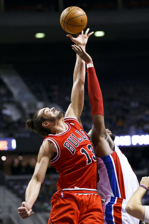 Joakim Noah wins a jump ball with the Pistons' Greg Monroe in the third quarter.
