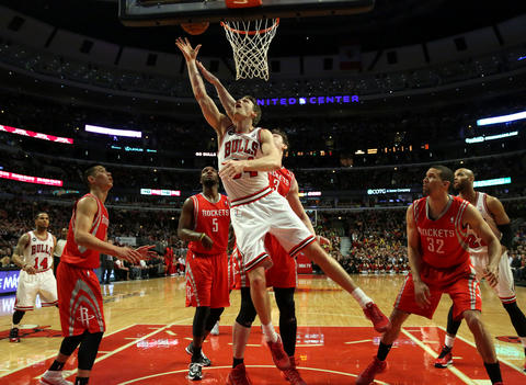Mike Dunleavy puts up a shot against the Rockets in the second half.