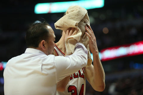 Mike Dunleavy leaves the game in the second quarter after an injury against the Rockets.