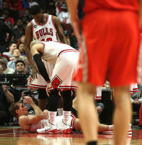 Mike Dunleavy lays on the floor after suffering an injury in the second quarter.