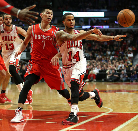 D.J. Augustin makes a pass in front of the Rockets' Jeremy Lin in the first half.