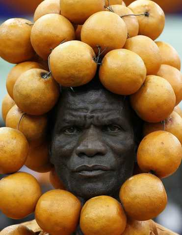 A supporter of the Orange Democratic Movement (ODM) party adorned with oranges on his head attends their National delegates convention to elect new party national office bearers in Kenya's capital Nairobi, February 28, 2014. Elections for the Orange Democratic Party were thrown into disarray on Friday afternoon after a group demanded the production of registers, before turning violent, local media reported. REUTERS/Thomas Mukoya (KENYA - Tags: POLITICS ELECTIONS TPX IMAGES OF THE DAY) ORG XMIT: AFR101