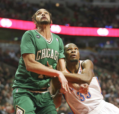 Joakim Noah and the Thunder's Kevin Durant battle for a rebound during the second half.