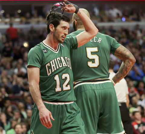 Kirk Hinrich removes his eyewear during the second half.