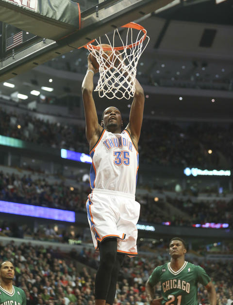 The Thunder's Kevin Durant dunks against the Bulls during the second half.