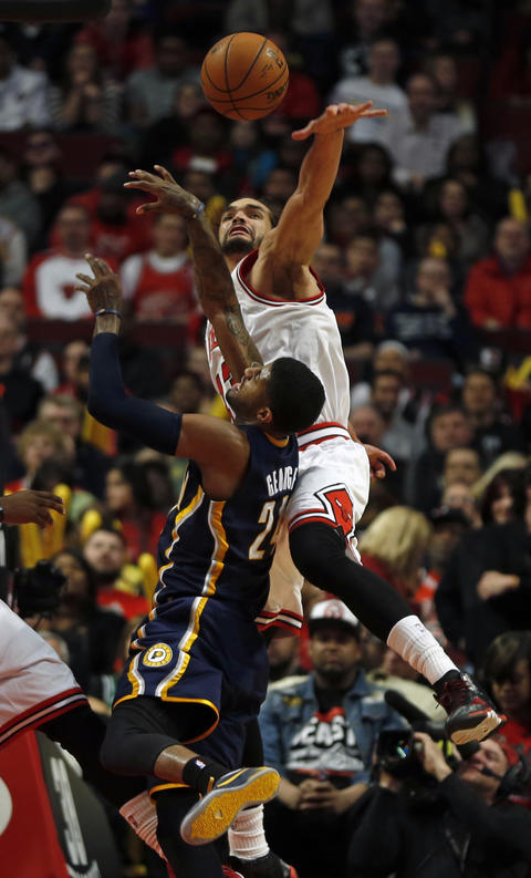Joakim Noah defends against the Pacers' Paul George in the 4th quarter.