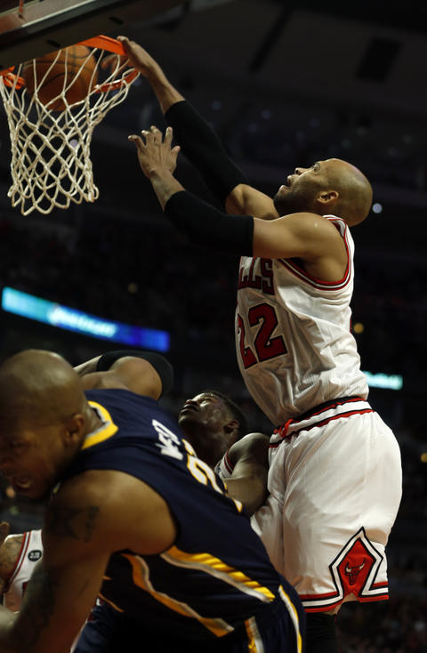 Taj Gibson dunks in the 4th quarter.