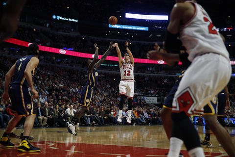 Kirk Hinrich shoots a jumper over the Pacers' Lance Stephenson.