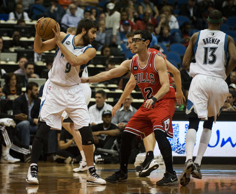 The Timberwolves' Ricky Rubio looks to pass, challenged by Kirk Hinrich in the first quarter at Target Center.