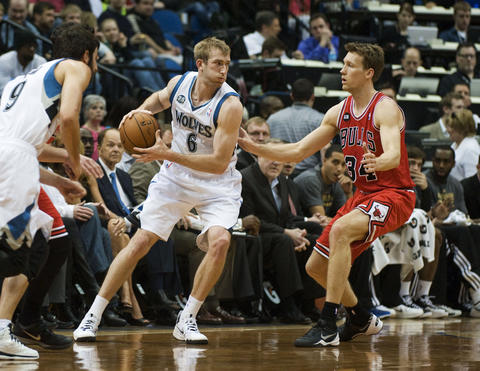 The Timberwolves' Robbie Hummel looks to pass over Mike Dunleavy in the first quarter.