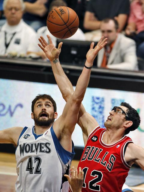 The Timberwolves' Kevin Love, left, and Kirk Hinrich battle for control of the ball.