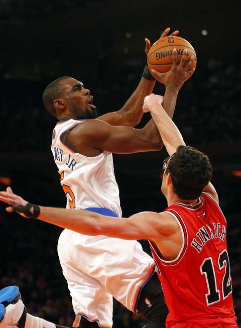 Kirk Hinrich fouls the Knicks' Tim Hardaway Jr. as he drives to the basket during the second half.