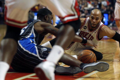 Taj Gibson and the Magic's E'Twaun Moore vie for a loose ball in the 2nd quarter.