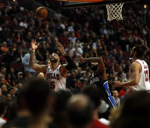 Carlos Boozer waits for a rebound against the Magic's Kyle O'Quinn in the 3rd quarter.