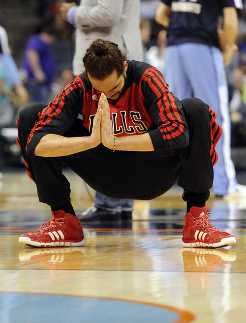 Joakim Noah warms up before the game against the Bobcats.