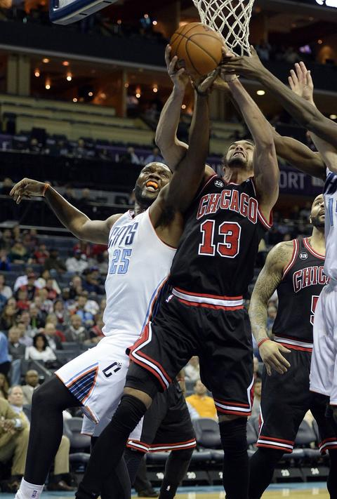 The Bobcats' Al Jefferson and Joakim Noah vie for a rebound in the first half.